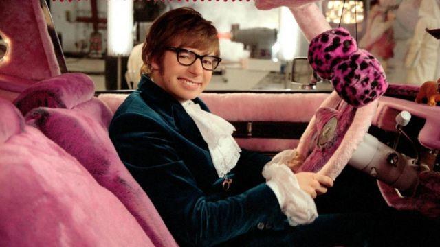 Les housses de siège rose dans la voiture d'Austin Powers (Mike Myers) dans Austin Powers
