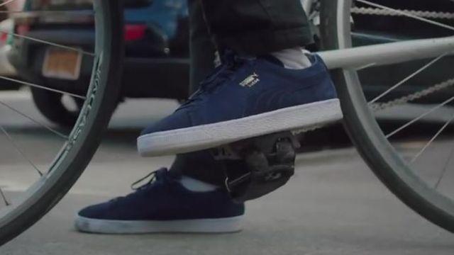Les chaussures Puma Suede Classic bleu marine dans le clip