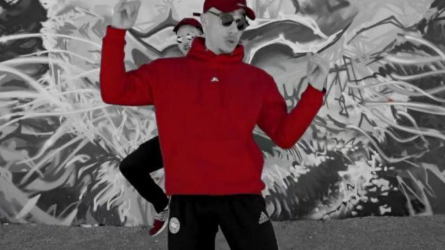 Le sweatshirt Rewind Rouge de Mister V dans le clip Top
