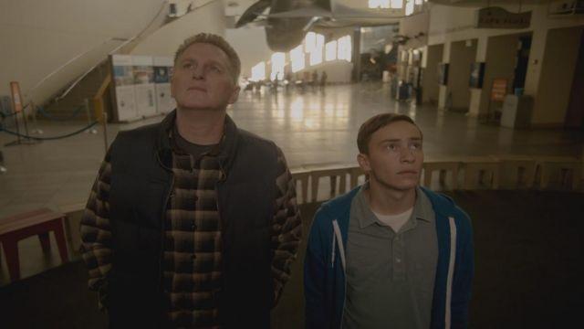 Le sweat bleu de Sam Gardner (Keir Gilchrist) dans Atypical S01E01