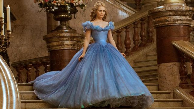 La robe bleue de Cendrillon (Lily James) dans le film Cendrillon