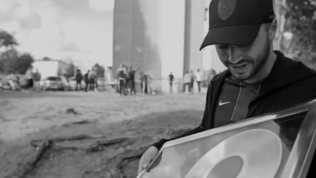 parcourir les dernières collections style roman le dernier La casquette Ferrari LS Baseball dans le clip Souviens-toi ...
