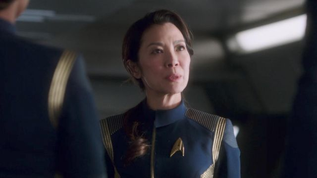 The badge Starfleet of Georgiou, Captain of the USS Shenzhou (Michelle Yeoh) in Star Trek : Discovery S01E01