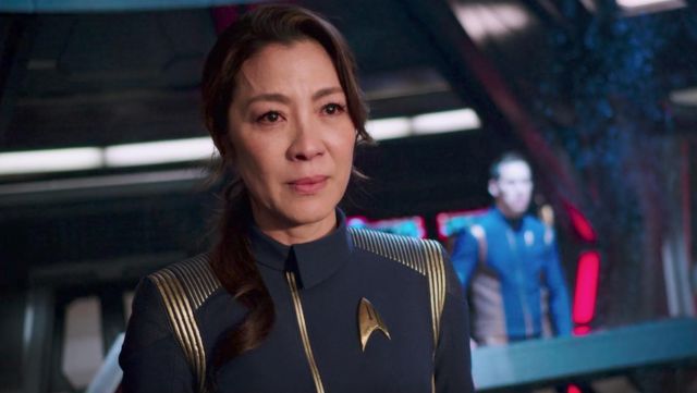 The officer uniform Starfleet of Georgiou, Captain of the USS Shenzhou (Michelle Yeoh) in Star Trek : Discovery S01E02