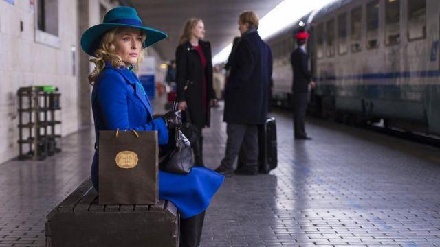 Le trench coat bleu royal du Dr Bedelia Du Maurier (Gillian Anderson) dans la saison 3 d'Hannibal