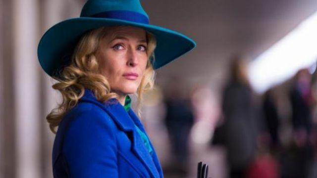 Le trenchcoat bleu royla du Dr. Bedelia Du Maurier (Gillian Anderson) dans Hannibal
