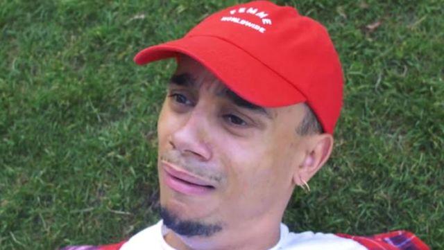 """La casquette rouge WLKN """"Femme Worldwide"""" de Mister V dans la vidéo Le Service"""