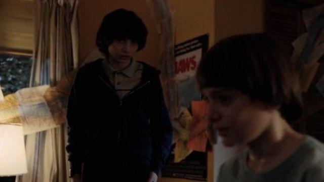 """Le poster du film """"Les dents de la mer"""" dans la chambre de Will Byers (Noah Schnapp) dans Stranger Things S02E05"""