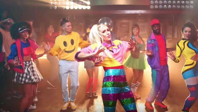 Le sweatshirt smiley d'un danseur dans le clip Je sais pas danser de Natoo