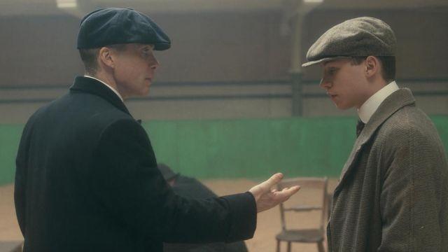 La casquette gavroche bleue de Thomas Shelby (Cillian Murphy) dans Peaky Blinders S02E03