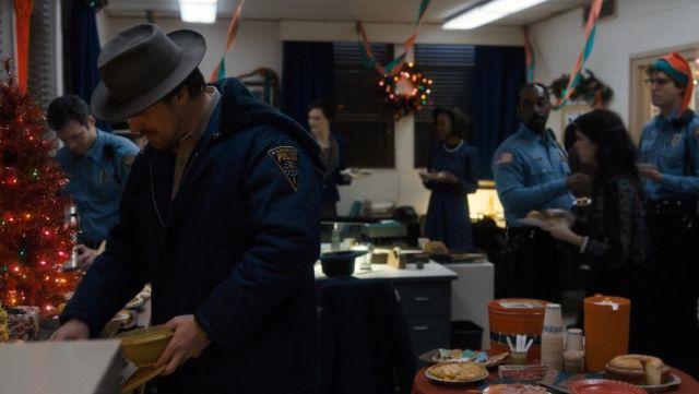 Le blouson bleu de la police de Hawkins de Jim Hopper (David Harbour) dans Stranger Things Saison 1 Episode 8
