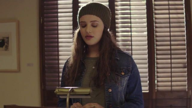 The beanie brown knit Hannah Baker (Katherine Langford) in 13 Reasons Why S01E03