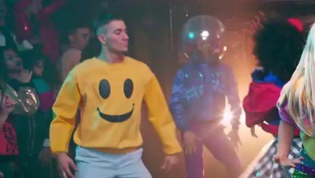 Le sweatshirt jaune smiley dans le clip Je sais pas danser de Natoo
