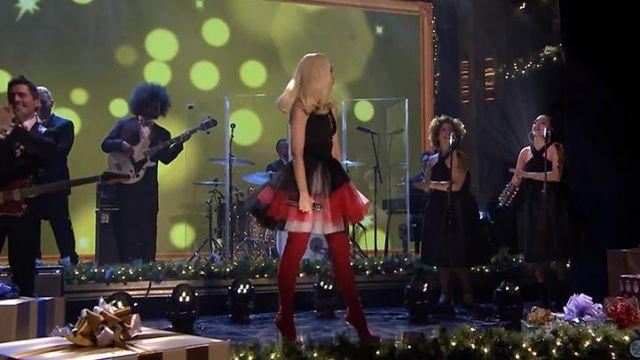 Les bottes rouges Casadei de Gwen Stefani durant son live d'Under The Christmas Lights sur le Tonight Show with Jimmy Fallon