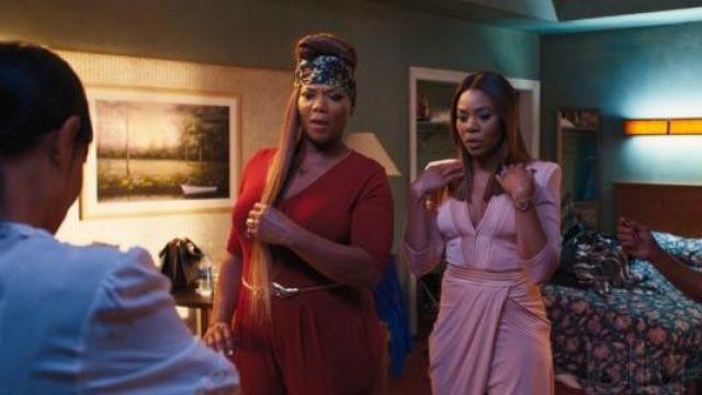 La combinaison jumpsuit rouge de Sasha Franklin (Queen Latifah) dans Girls trip