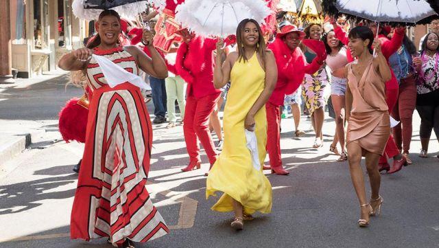 La robe orange et blanche de Sasha Franklin (Queen Latifah) dans Girls trip