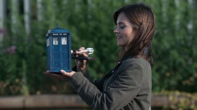 La réplique du Tardis tenu dans la main par Clara Oswald (Jenna Coleman) dans Doctor Who S08E09