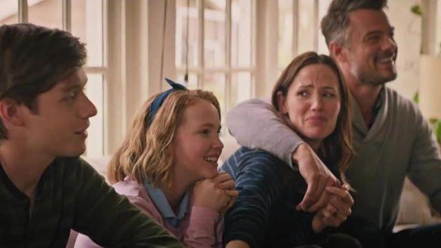 Le sweat rayé noir et bleu de Emily Spier (Jennifer Garner) dans Love, Simon