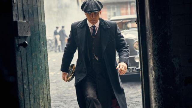 L'overcoat Chesterfield noir avec col fourrure de Thomas Shelby (Cillian Murphy) dans Peaky Blinders S04E05