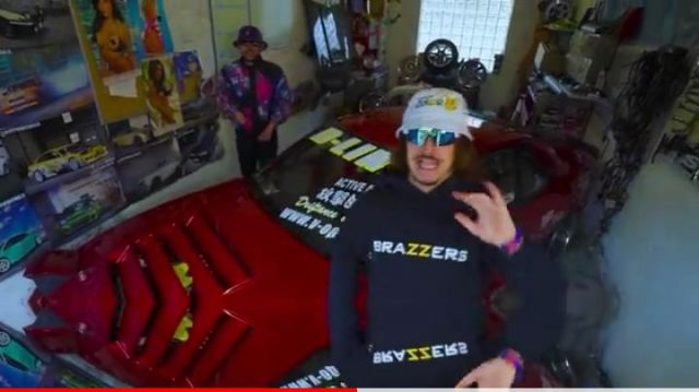 Le sweatshirt à cpauche BRAZZERS de Lorenzo dans son clip Le son qui fait plaiz