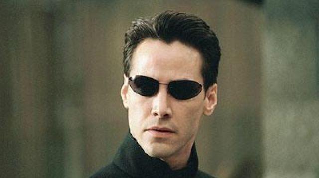 Les lunettes de soleil portées par Neo (Keanu Reeves) dans