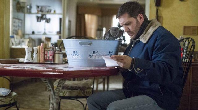 Le blouson bleu col moutonné de Bob Saginowski (Tom Hardy) dans Quand vient la nuit