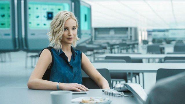 The blouse sleeveless blue Aurora Lane (Jennifer Lawrence) in Passengers
