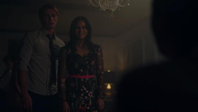 La robe à fleurs de Veronica Lodge (Camila Mendes) dans Riverdale S02E05