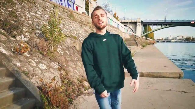 Le pull vert à capuche Adidas porté par Squeezie