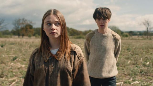 The brown leather jacket from Alyssa (Jessica Barden) in The End Of The F***ing World S01E03