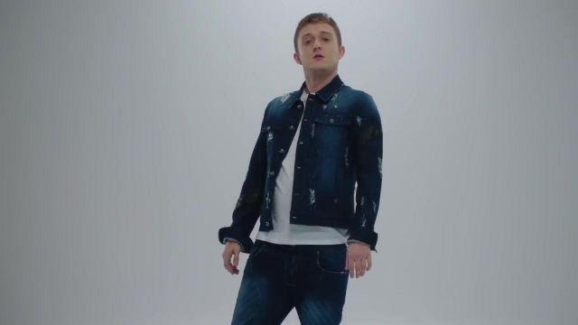 La veste en jean déchirée de Vald dans son clip Désaccordé