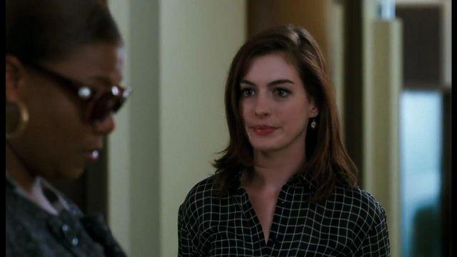 La chemise noire à carreaux de Liz (Anne Hathaway) dans Valentine's Day