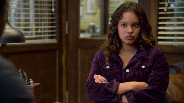 The jacket velvet purple by Jessica Davis (Alisha Boe) in 13 reasons why S02E13