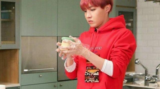 Le sweatshirt à capuche rouge Supreme de J-Hope dans l'épisode 20 de Run ! des BTS
