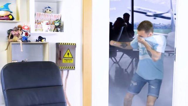 Le Tee-Shirt Bleu ciel de Squeezie porté dans sa vidéo : «Les avions nous empoisonnent-ils?»