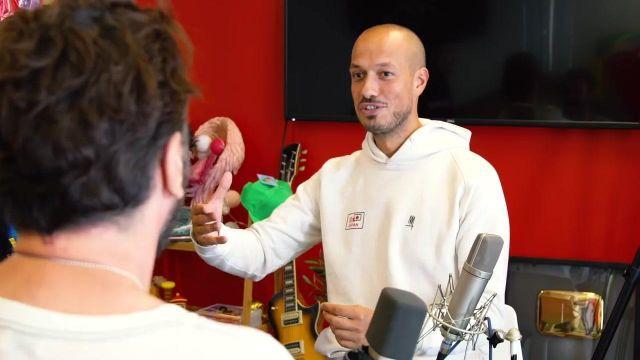 """Le Sweat Blanc """"Japan"""" porté par Carlito dans sa vidéo : """"Concours d'anecdotes #4 vs Michaël Youn & Vincent Desagnat"""""""
