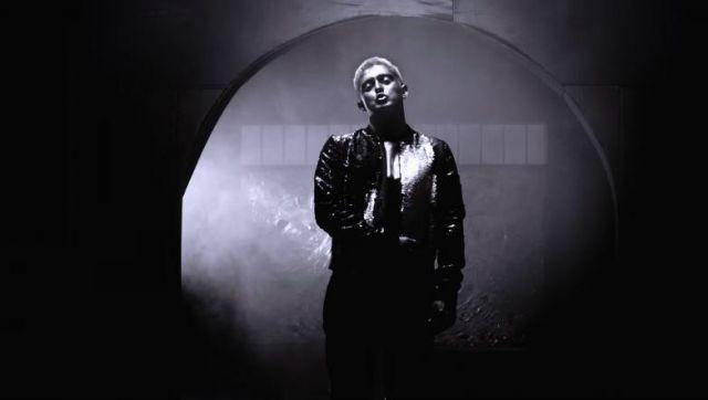 Le blouson argenté et brillant de Vald dans son video clip Gris