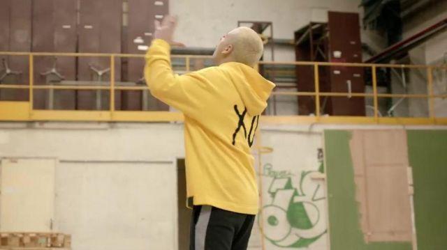 Le sweatshirt à capuche jaune XO porté par PLK dans son clip Pas les mêmes