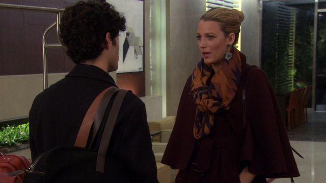 Le manteau bordeaux de Serena van der Woodsen (Blake Lively) dans Gossip Girl S06E09