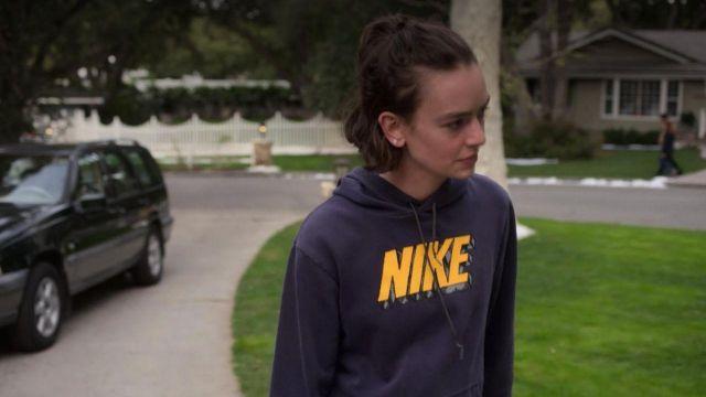 Le sweatshirt à capuche bleu Nike porté par Casey Gardner (Brigette Lundy-Paine) dans Atypical S02E04