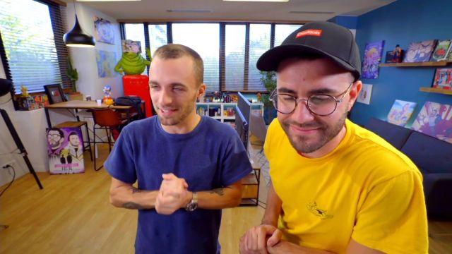 """Le t-shirt bleu de Squeezie dans la vidéo YouTube """"Notre réaction à McFly & Carlito (le seum en gros)"""""""