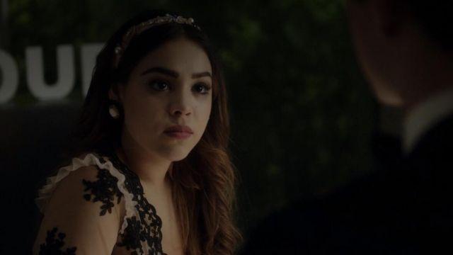Robe en dentelle wron par Lu (Danna Paola) comme on le voit dans l'Élite S01E04