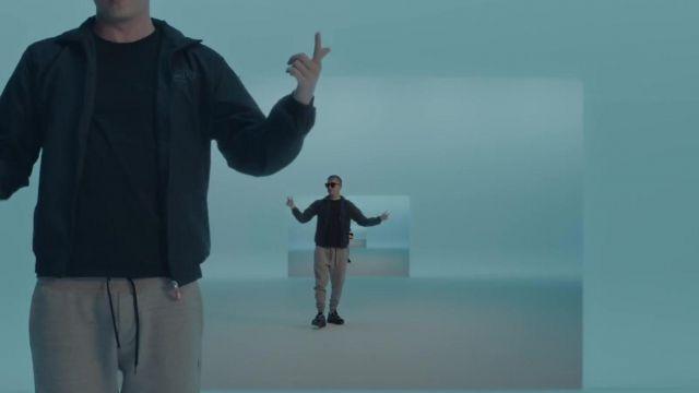 Le blouson porté par Vald dans la video Qui dit mieux de Gringe avec OrelSan, Suikon Blaz AD