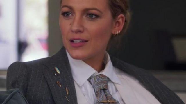 La cravate et le Costume avec cette broche portée par Emily Nelson (Blake Lively) dans Une Simple Faveur