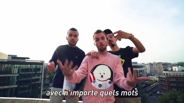 Le pull rose de Squeezie dans sa vidéo YouTube FREESTYLE DU DICO feat. Bigflo & Oli