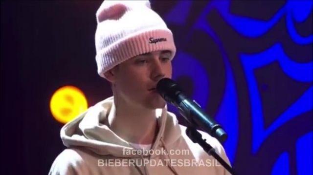 Supreme Blanc Bonnet porté par Justin Bieber dans la Maison De Maman (Live 2015)