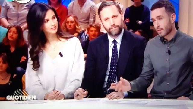 Le pull porté par Lilia Hassaine dans l'émission Quotidien du 22/02