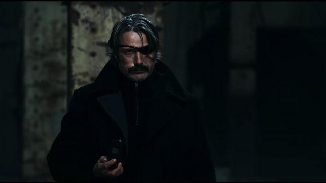 Le pardessus noir porté par Duncan Vizla (Mads Mikkelsen) dans Polar