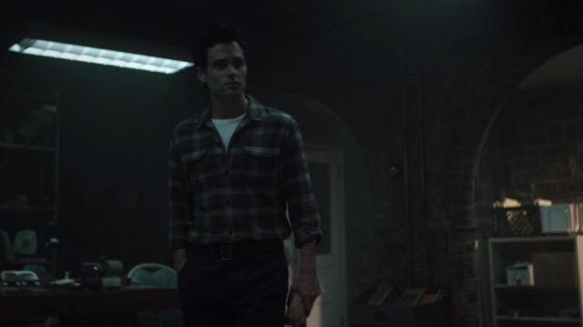 Leather belt worn by Joe Goldberg (Penn Badgley) in YOU S01E02