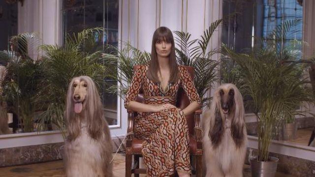 La robe imprimée de Clara Luciani dans son clip Nue